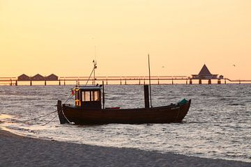 Ahlbeck-Strand : Fischkutter am Strand mit Seebruecke Heringsdorf von Torsten Krüger