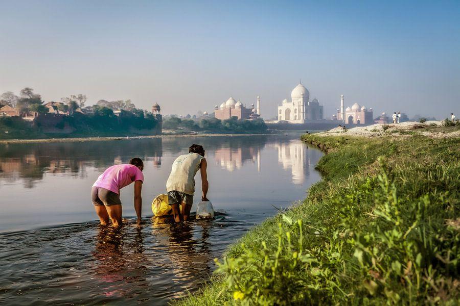 Twee waterdragers in de Yamuna rivier bij de Taj Mahal in Agra India. Wout Kok One2expose