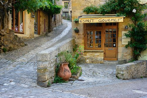 Typisch Frans straatbeeld met een deli in de Dordogne streek van iPics Photography