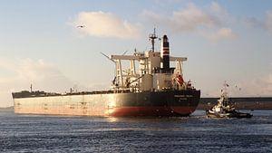 Vrachtschip Frontier Youth uit Panama vertrekt uit de sluizen van IJmuiden