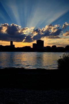 Zonsondergang in Keulen, gouden zonnestralen, wolken met het silhouet van de blauwe lucht in de stad van 77pixels