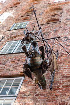Drache an der Fassade des Puppenmuseums in Lübeck, Deutschland von Joost Adriaanse