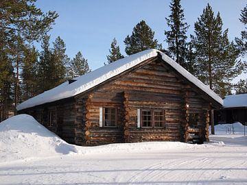 Lappland-Blockhaus im Schnee von
