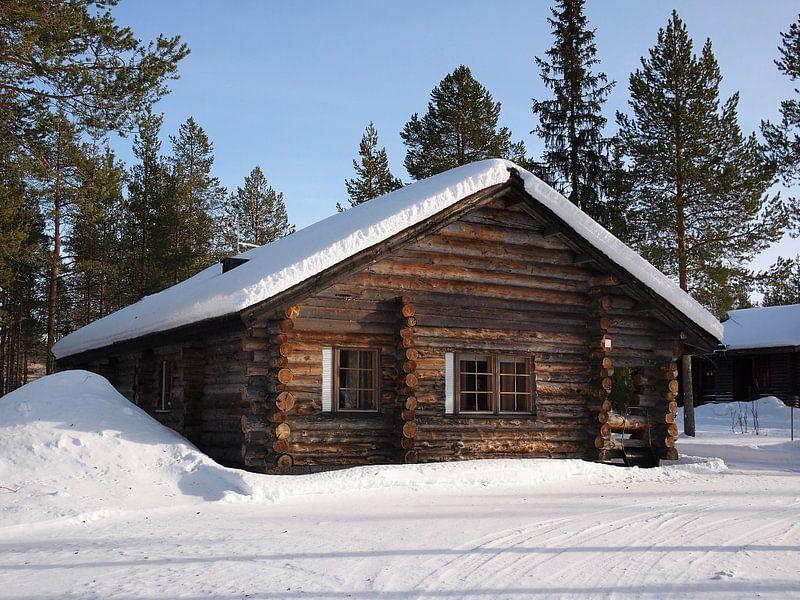 Houten chalet met sneeuw in Lapland van iPics Photography