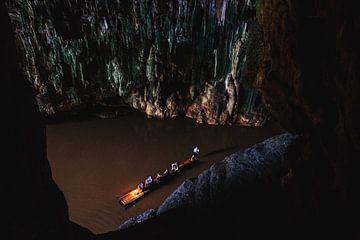 Bateau dans une grotte sur