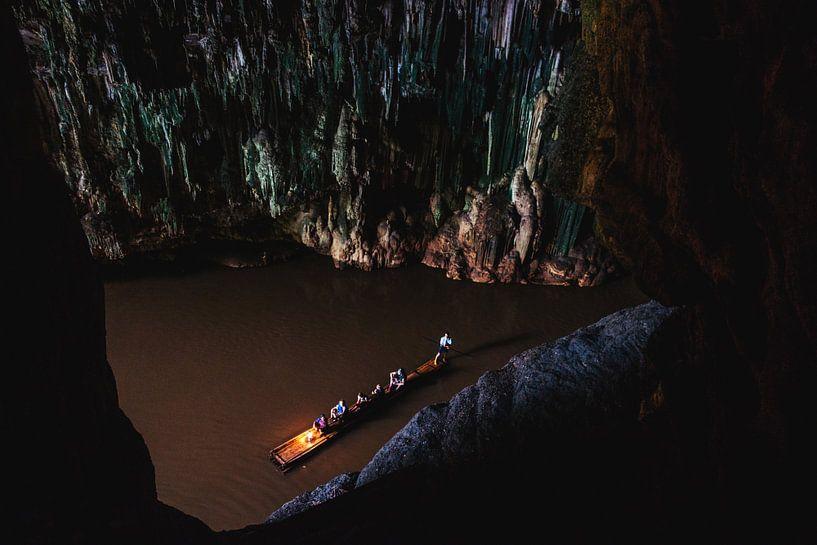 Bootje in een grot van Yvette Baur
