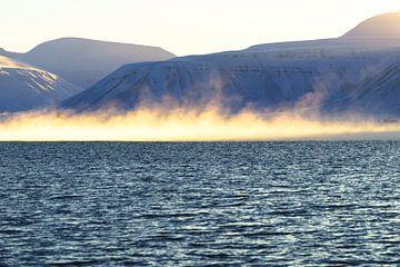 Mist over de Adventfjord bij Longyearbyen van Kai Müller