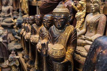 Images de Bouddha. Boutiques dans les grandes villes du Myanmar sont pleins de statues Budha. sur Wout Kok