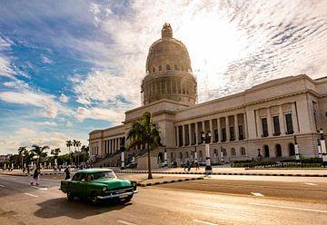 groene oldtimer voor het Capitool in Havana Cuba van Dieter Walther
