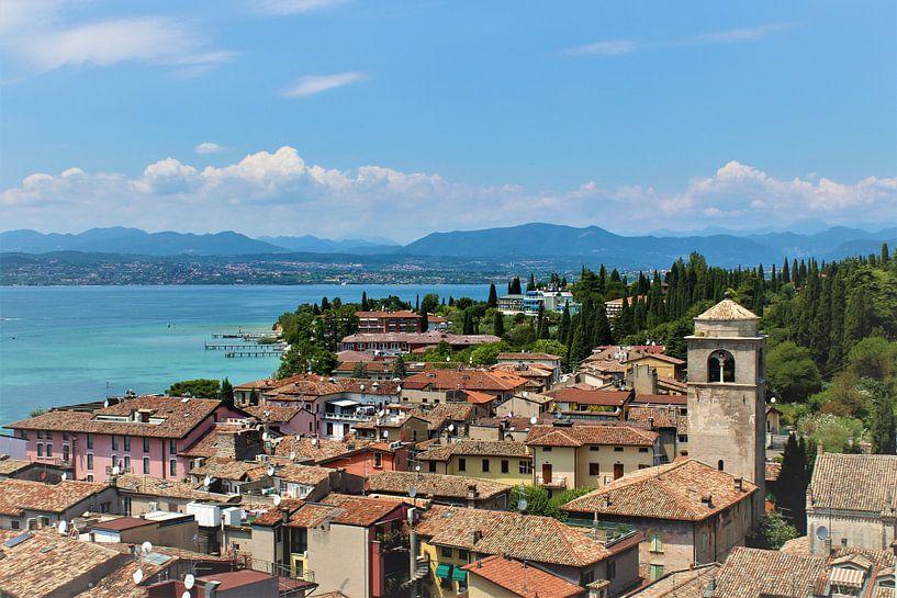 Uitzicht in Sirmione, Italië van Laura van Drogen