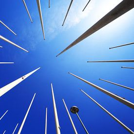Fahnenmaste und blauer Himmel von Frank Herrmann