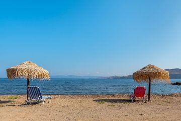 Strand met parasols van