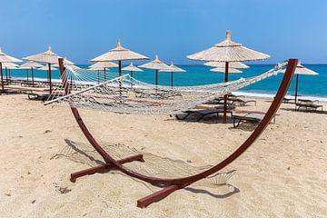 Hängematte mit Sonnenschirme am griechischen Strand am Meer von