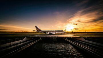 Sonnenuntergang Kalitta Air Boeing 747 mit dem Taxi zur Polderbaan von Mark de Bruin