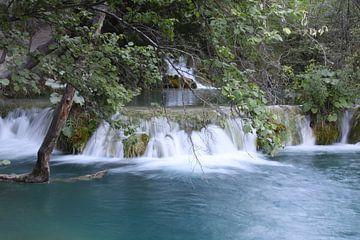 waterval in het Plitvice N.P. in Kroatië sur Antwan Janssen