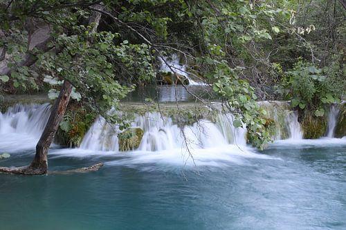 waterval in het Plitvice N.P. in Kroatië van Antwan Janssen