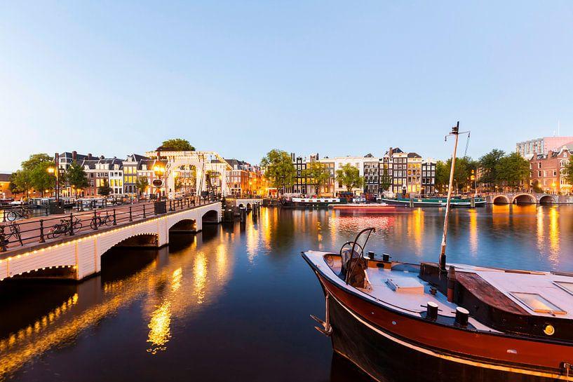 The Magere Brug bridge at the old town of Amsterdam van Werner Dieterich