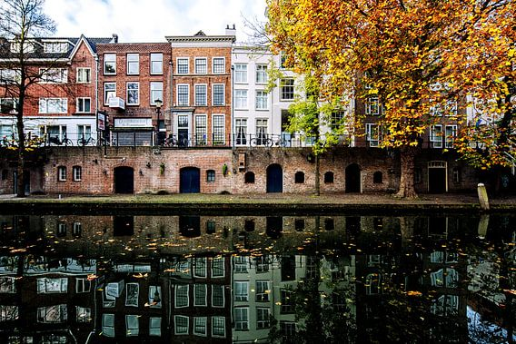 De Oudegracht in Utrecht in herfstkleuren van De Utrechtse Grachten