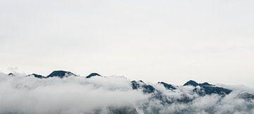 Bergtoppen omgeven door wolken in Pu Luong, Vietnam