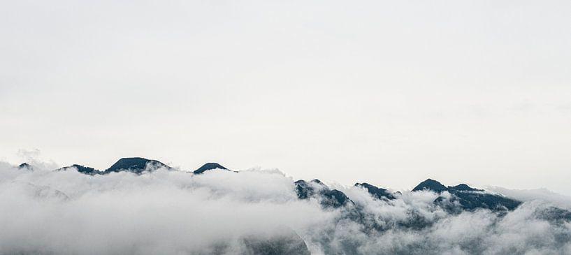 Bergtoppen omgeven door wolken in Pu Luong, Vietnam van Ellis Peeters