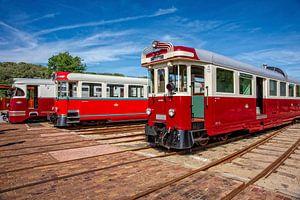 Prachtige rode ouderwetse trams. van Jan van Broekhoven