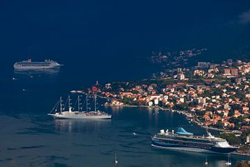 De magnifiques bateaux de croisière (dont un à voile) se trouvent loin en dessous parmi le bleu fonc sur Michael Semenov