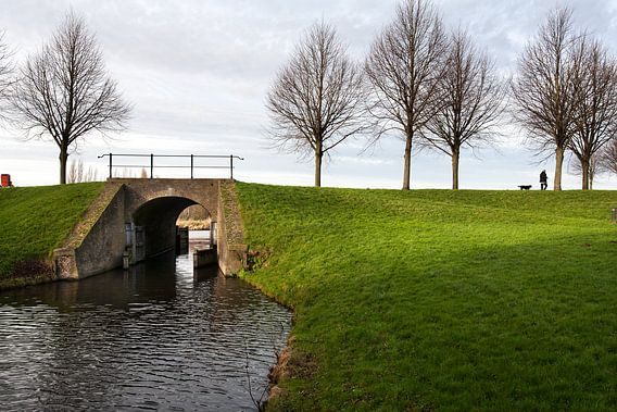 Dijk met brug en sluis uit de achttiende eeuw in Klundert