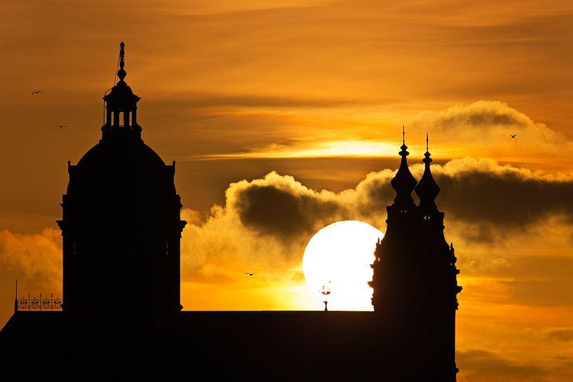St. Nicolaaskerk tijdens zonsondergang te Amsterdam van Anton de Zeeuw