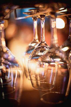 In einem Restaurant aufgehängte Weingläser von Charlotte Van Der Gaag