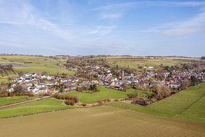 Luchtfoto van kerkdorpje Eys in Zuid-Limburg van John Kreukniet