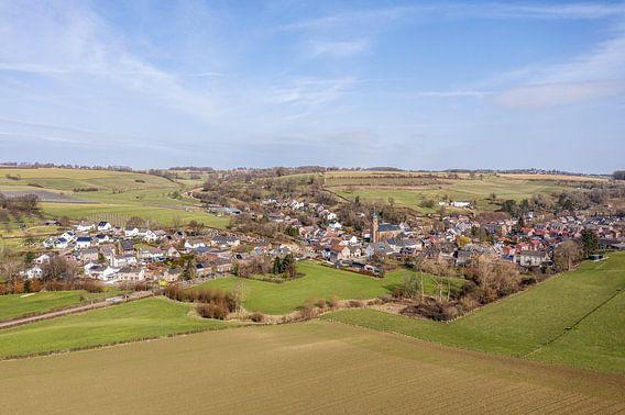 Luchtfoto van kerkdorpje Eys in Zuid-Limburg