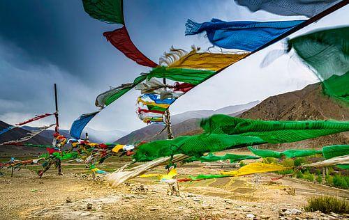 Gebedsvlaggen in de bergen van Tibet
