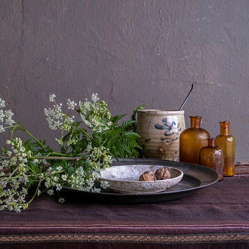 Modern stilleven met fluitenkruid, tin en aardewerk [vierkant]
