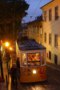 Elevador da Gloria in der Abenddämmerung im Bairro Alto, Lissabon, Portugal