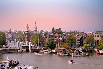 Luchtfoto van de stad Amsterdam bij zonsondergang van