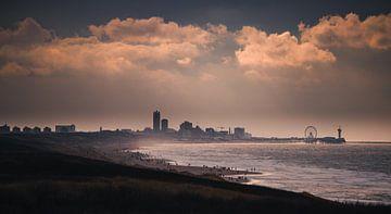 Het strand van Katwijk met uitzicht over Den Haag van Arthur Scheltes