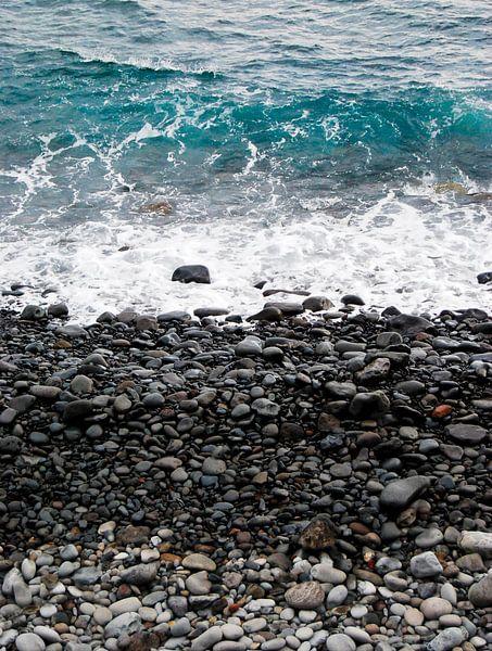 Kiezelstrand in Madeira van Ricardo Bouman   Fotografie
