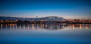 De IJsselbrug bij Zwolle in de avond. van Michel Knikker