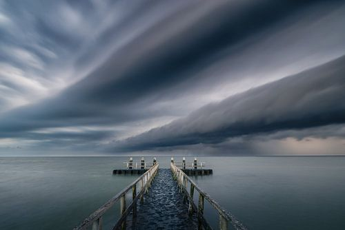 Een mooie shelfcloud trekt over het IJsselmeer en zorgt voor een spectaculaire wolkenlucht. In de ve