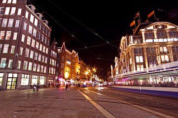 La place du Dam à Amsterdam la nuit aux Pays-Bas sur Nisangha Masselink