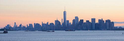 Manhattan skyline in New York gezien vanaf Staten Island bij zonsopkomst, panorama