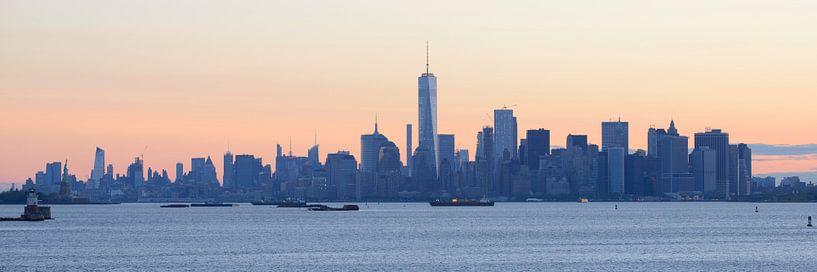 Manhattan skyline in New York gezien vanaf Staten Island bij zonsopkomst, panorama van Merijn van der Vliet