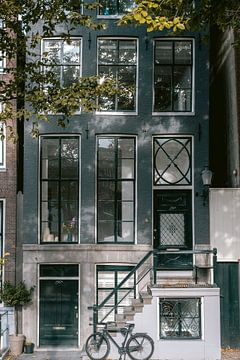 Blauw grachtenpand in Amsterdam van Manon Galama
