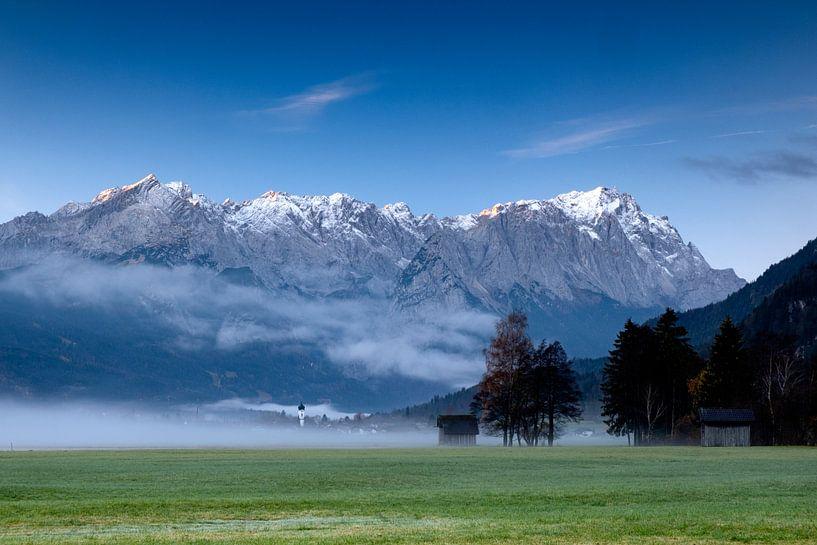 Nebelstimmung in Farchant mit Zugspitze von Andreas Müller