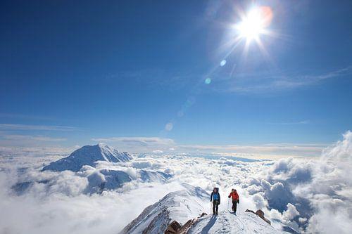 Twee alpinisten hoog op Denali, Alaska van