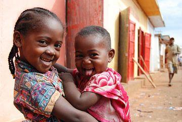 Twee Zusjes in Madagascar van Eelkje Colmjon