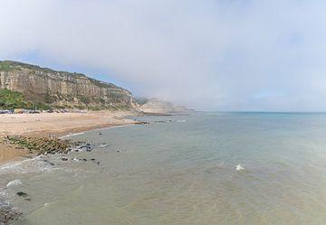 Blick auf East Hill, Klippe und den Strand von Hastings, England, mit Seenebel und Sonnenschein von Leoniek van der Vliet