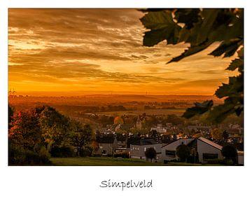 Poster van een zonsopkomst boven Simpelveld von John Kreukniet