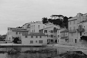 Eenzaam stadje Saint-Tropez van Tom Vandenhende