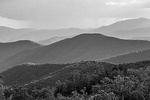Blick in die südfranzösischen Cevennen-Landschaft in Schwarzweiß von Fartifos